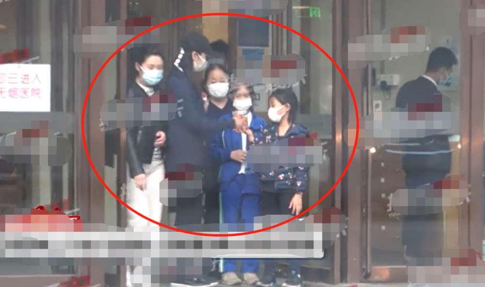 陈好带三个孩子去医院被偷拍!拎布包全身无一名牌,豪车比人还高_明星新闻