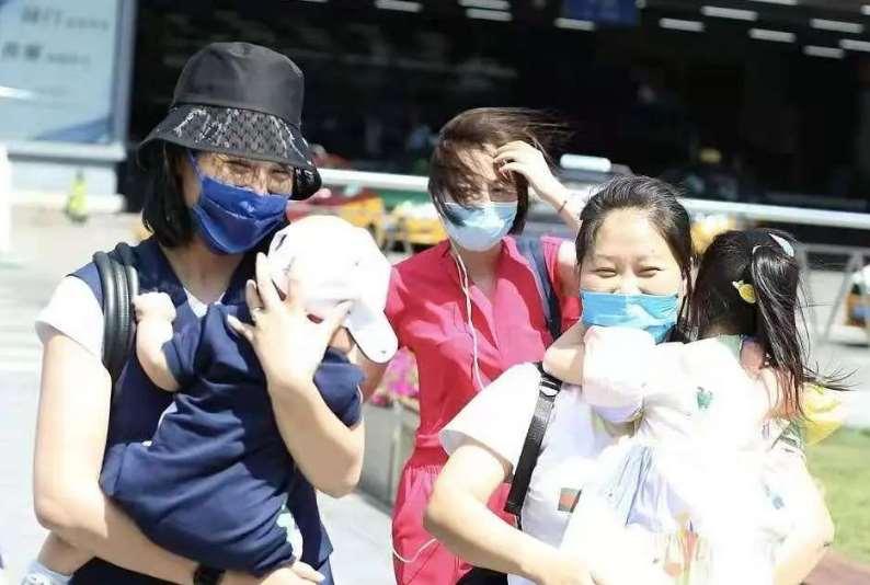 朱丹带儿女赶飞机,6个月大的二宝正脸曝光,和姐姐小时候一模一样_明星新闻