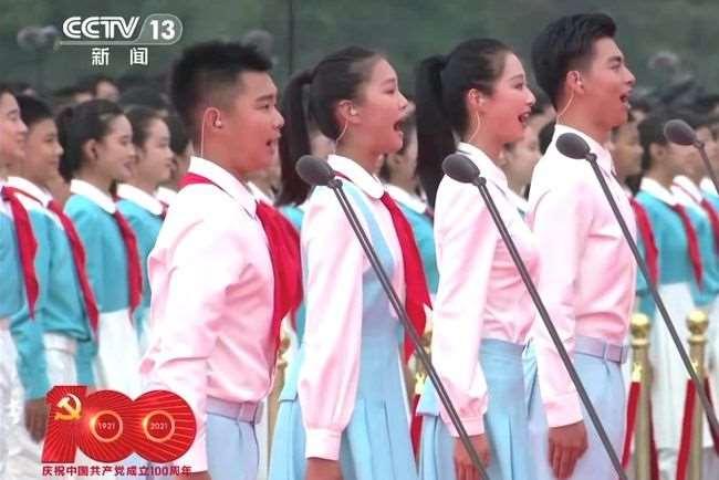 庆祝大会上的领诵冯琳火了,曾被杨澜看好,主持过小舍得开播盛典_明星新闻