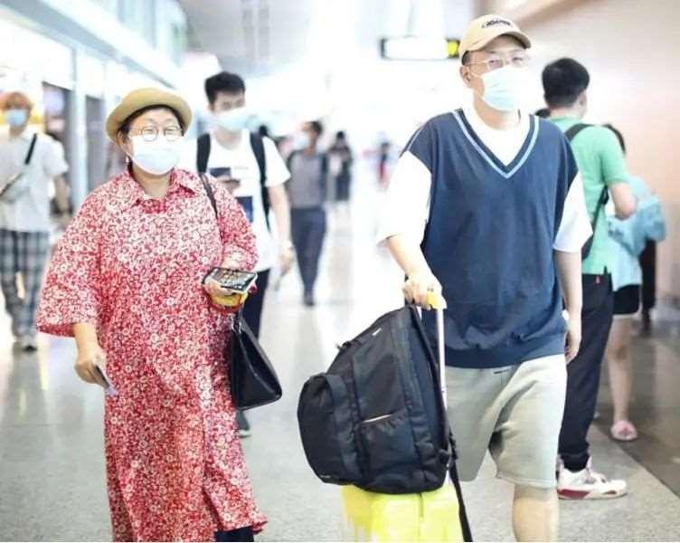 杜海涛携妈妈走机场,两人戴眼镜口罩,只能感叹基因太强大_明星新闻