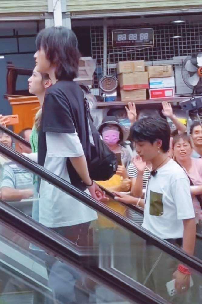 《中餐厅》录制,姚安娜、周也姐妹情深成卖点,网友表示磕不动_明星新闻