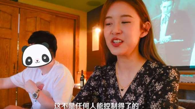 张子萱享受婚姻,光脚坐地上向女儿撒娇,陈赫听老婆唠叨耐心十足_明星新闻