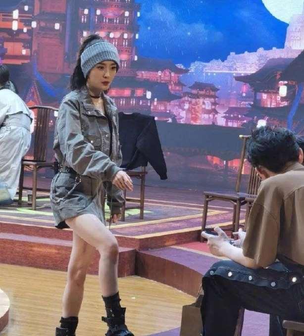 杨幂录制综艺路透照曝光,宽发带配高马尾,34岁的她像24岁?_明星新闻