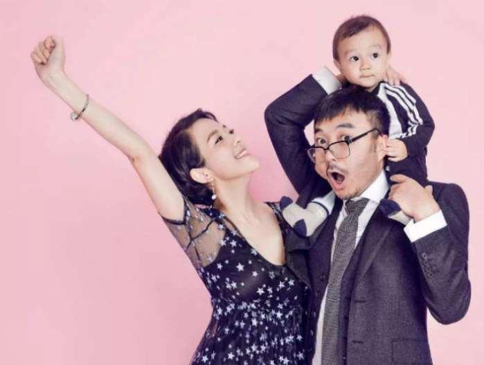 汪涵带儿子录制《天天向上》,评论区内容很不友好,都在让他还钱_明星新闻