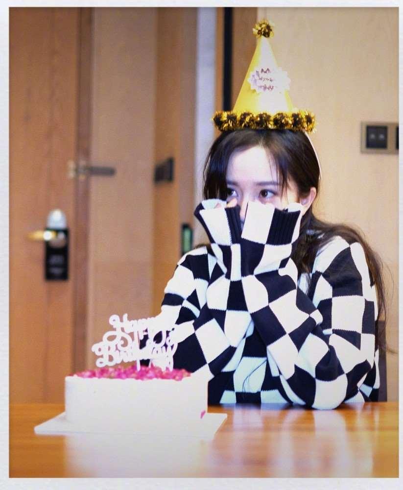 杨幂35岁生日,迪丽热巴卡点发文为老板庆生,嘉行艺人集体送祝福_明星新闻