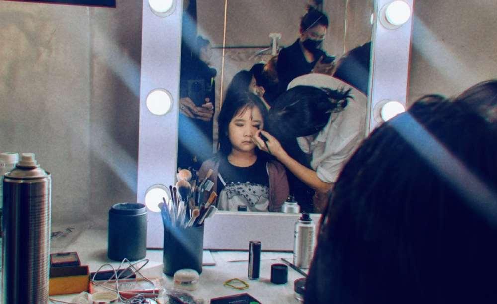 乔杉7岁女儿当模特走秀!化烟熏妆涂黑口红,父女两人共用一张脸_明星新闻